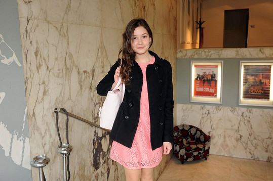 Filmovou dceru jí hraje Sabina Rojková, která už se mihla ve snímku Colette.