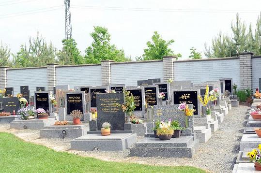 Hřbitovní zeď má nový nátěr.