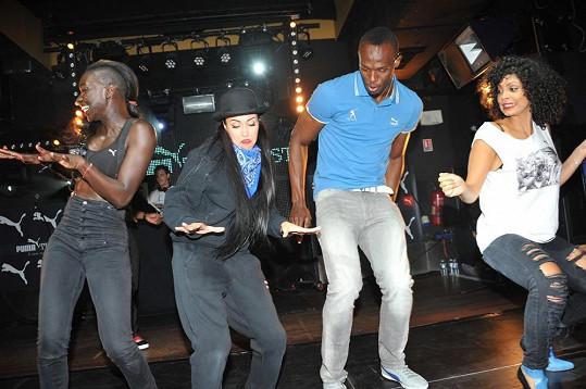 Světový rekordman odkoukával některé pohyby od tanečnic.