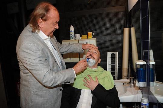 Producentovi Františku Janečkovi se ale nezdála jeho bradka, a tak mu ji sám oholil.