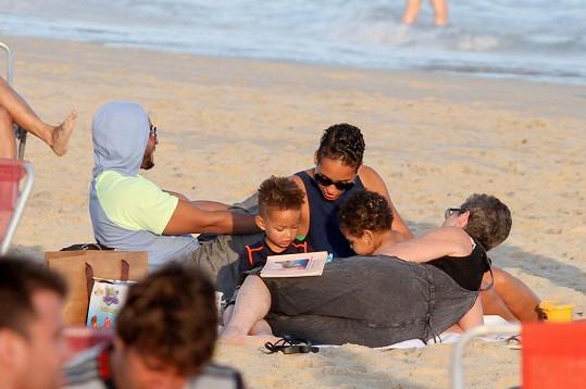Zpěvačka s rodinkou na pláži v Rio de Janeiru.
