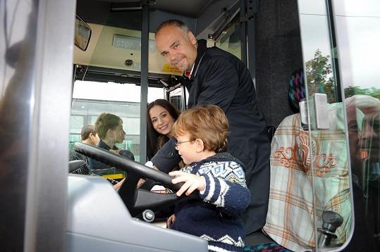 Románek se díky němu mohl posadit i na sedadlo řidiče autobusu.