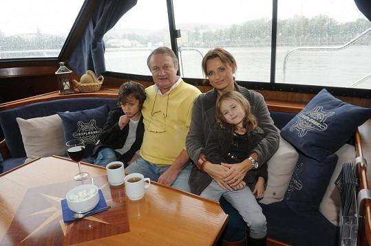 Pak se s celou rodinou svezl na lodi.