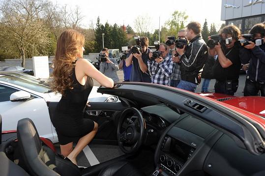 A při vystupování čekali fotografové, jestli uhlídá šaty.