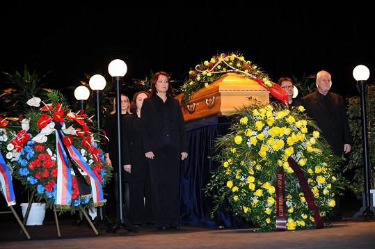 Poslední rozloučení s Jiřinou Jiráskovou v Divadle na Vinohradech.