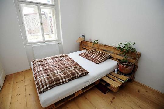 I postel v ložnici je z palet.