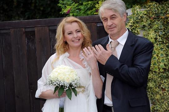 Manželé se pochlubili prstýnky.