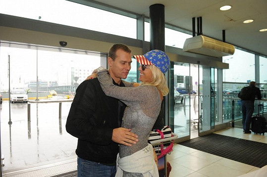 Zuzana Belohorcová se vítala s manželem Vlastou.