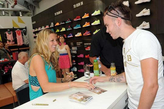 Petra se fanouškům ochotně podepisovala více jak hodinu.