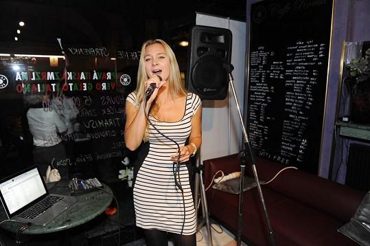 Barbora si v Café Roma dokonce zazpívala.
