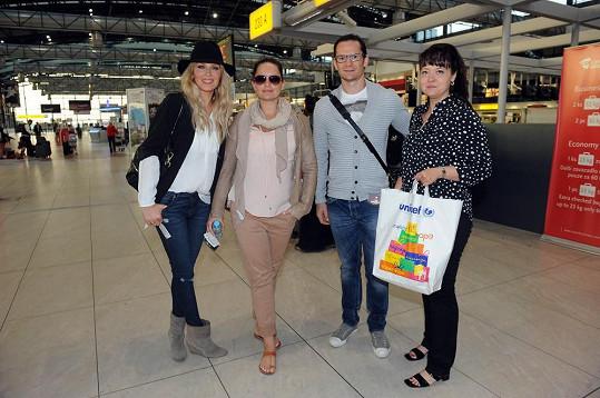 Simona Krainová s Patrikem Eliášem a Jitkou Čvančarovou na ruzyňském letišti.