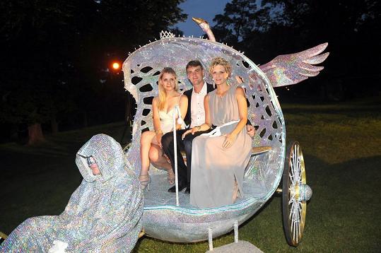 Ještě s moderátorkou Lucií Salamé Koňaříkovou si užili luxusní příjezd na show ve stylu Labutího jezera do zámečku Chateau Havel.