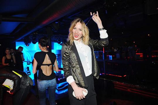 Aneta by se příště měla své kolegyně z filmu Všiváci Nikol Moravcové zeptat, jak se chovat na párty plné fotografů.