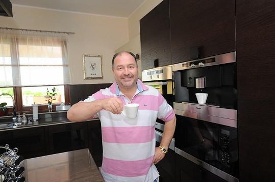 Ve své krásné kuchyni David rád vaří. Nejen kávu.