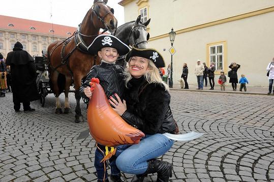 Tereza Mátlová s dcerou Emilkou byly za pirátky. A ukradly slepici.