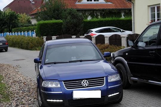 Před domem Ivety Bartošové krátce před obřadem přibývá aut.