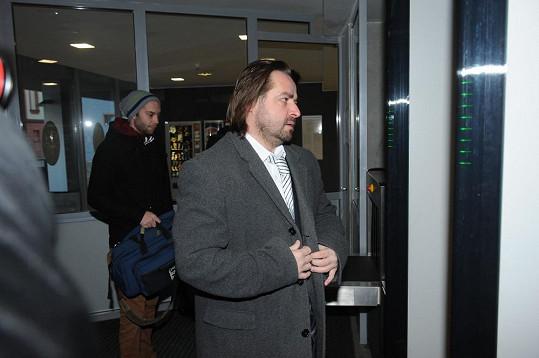 Zdeněk Macura prochází bezpečnostní kontrolou.