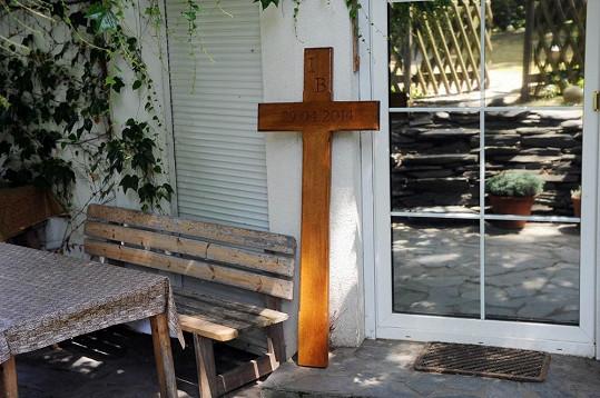 Na zahradě domu Ivety už stojí kříž, který Rychtář dá na místo neštěstí.