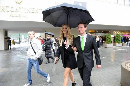 Petra Němcová pobíhala po nákupech i v dešti.