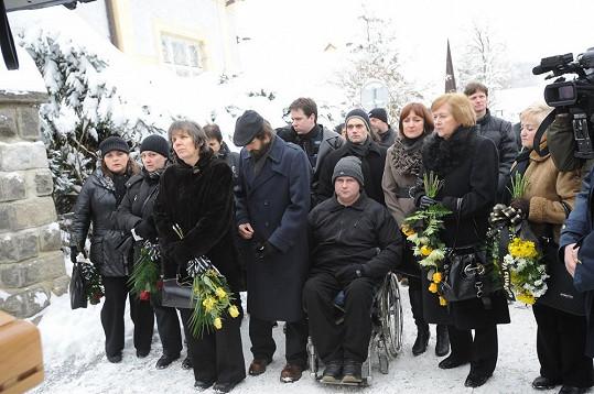 Smuteční hosté v čele s pečovatelkou Jiráskové Janou Svítivou.