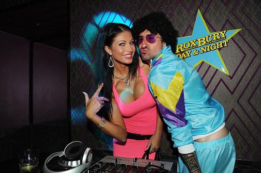 Julie Zugarová s DJ Uwou na párty v novém pražském podniku.