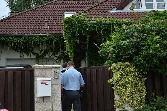 Přivolaná policie vstoupila do domu.