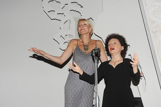 Renata Drössler neodolala a musela porovnat svou výšku s Edith Piaf. Kvůli tomu se vyškrábala na improvizované divadelní pódium.