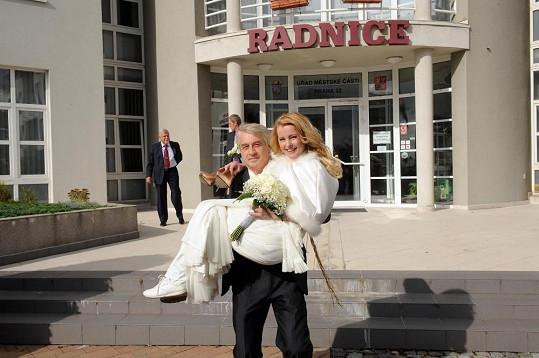 Josef Rychtář dosáhl svého. V náručí třímá novomanželku Ivetu Bartošovou.
