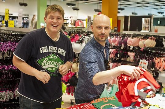 Adamovi s výběrem oblečení radil známý stylista Filip Vaněk.