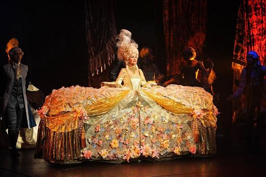 Na prknech Divadla Hybernia hraje Monika asi nejrozmařilejší ženu historie.
