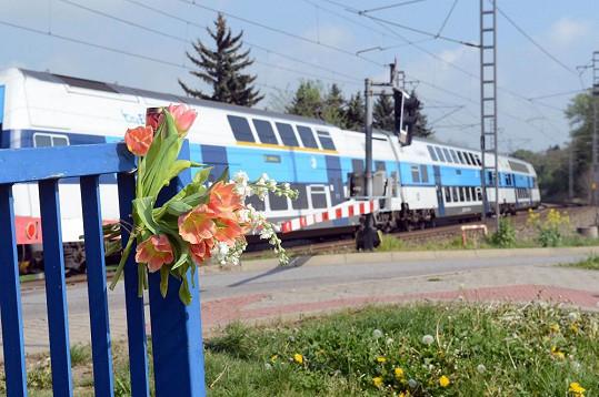 U kolejiště se objevují první květiny.