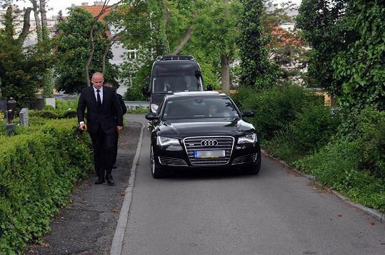 Rychtář s rodinou přijíždí na pohřeb své manželky.