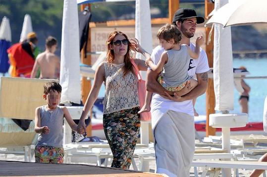 Barbara se svými dvěma syny a partnerem.