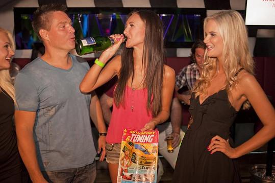 Jako správná párty girl pije Táňa rovnou z lahve pod dohledem fotografa Roberta Novotného.