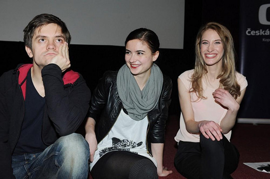 Herci Jirka Mádl, Eva Josefíková a Marie Kružíková se po tiskovce posadili na hranu jeviště. A pak se to stalo.