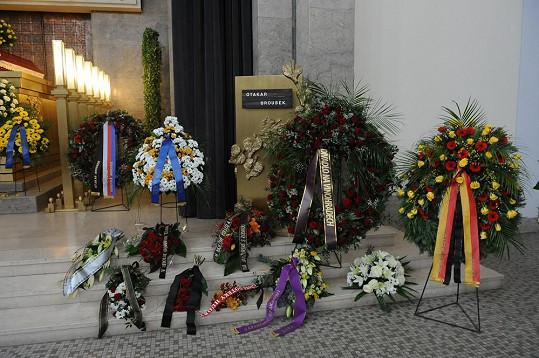 Herce na poslední cestě doprovodila řada smutečních věnců a květin.