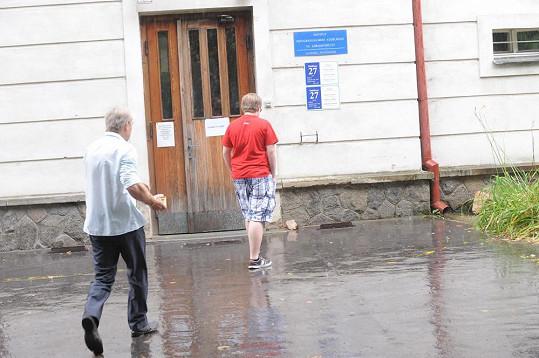Josef Rychtář a Artur Štaidl vchází do pavilonu léčebny.