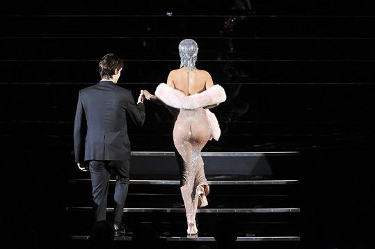 Rihanna si jde převzít cenu od Sdružení amerických návrhářů.