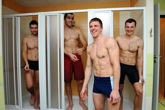 Kluci vlezli i do sprch. Oblečení.