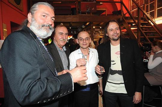 Tomáš si samozřejmě připil i s kolegy v čele s Danem Hůlkou.