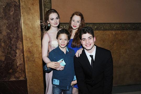 S filmovou parnerkou Lucií Šteflovou a představiteli jejich rolí v mladší podobě.