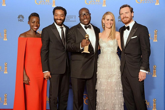 Tvůrci a herci filmu 12 let v řetězech - Lupita Nyong'o vlevo, Michael Fassbender zcela vpravo. Snímek letos získal Oscara za nejlepší film.