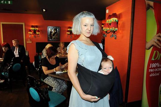 Sladila se snad Léna s barvou očí své dvouměsíční dcerky?
