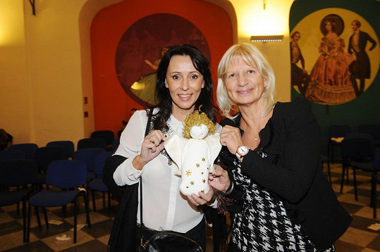 Zpěvaččina kamarádka Ivana, u které nedávno Heidi podstoupila plastickou úpravu, vydražila její panenku za 55 tisíc.