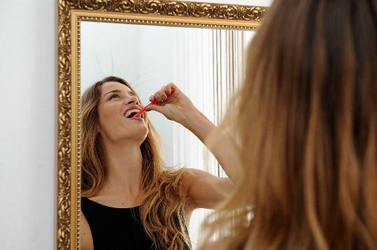 Před zákrokem si modelka musela vyčistit zuby.