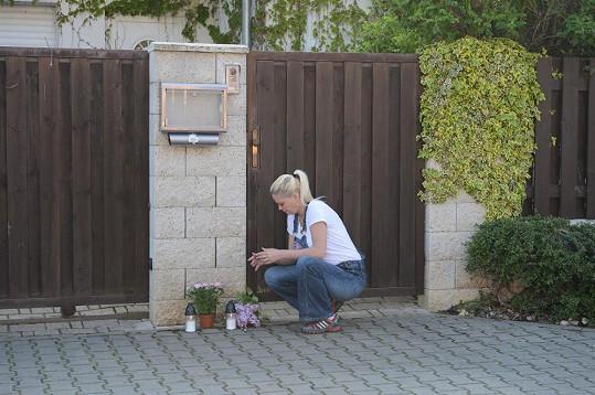 Lidé před domem Ivety vytvořili provizorní pietní místo.