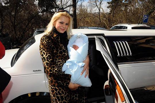 Ornella odjela z porodnice v limuzíně.