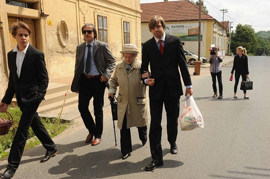 Martin Stropnický s rodinou na cestě do kostela.