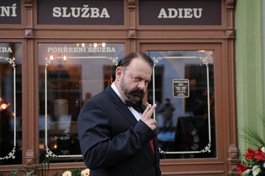 Václav Upír Krejčí hraje majitele pohřební služby.
