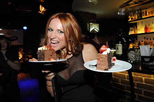 Romana ochutnala mimořádně i dort, vždyť byl narozeninový.
